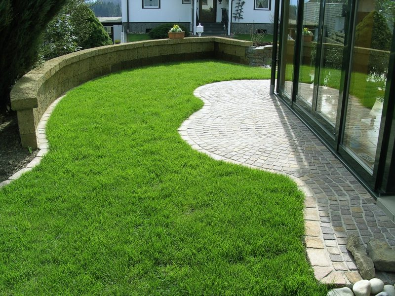 Rasenfläche Hof originelle Gestaltung vertikutiert