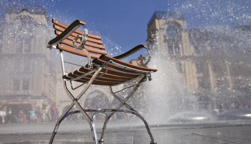 Resysta-Holzalternative-Stuhl-mit-Beinen-aus-Matall-Wasser-Stadt