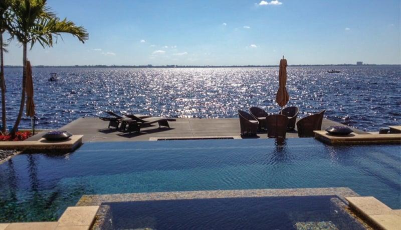 Resysta-eine-hervorragende-Alternative-zum-Holz-Schwimmbad-Meer-Sonne-Palme-Sommer-Florida
