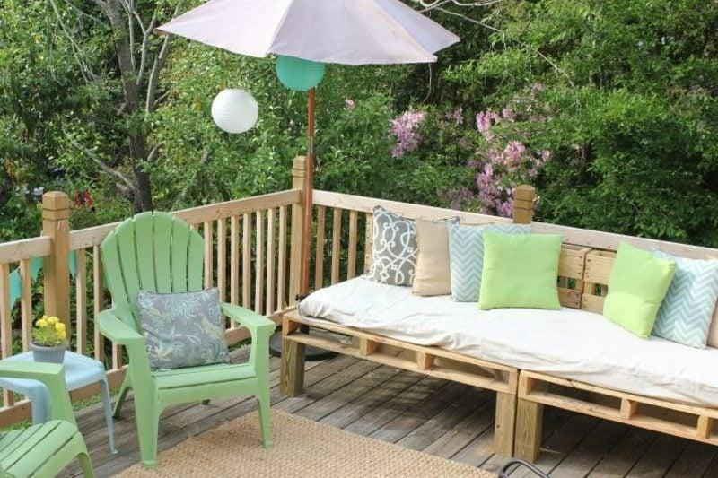 Palettensofa im Garten herrlicher Look
