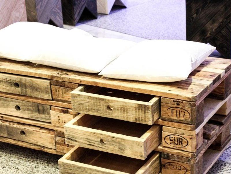 originelles Sofa aus Europaletten mit Schubladen