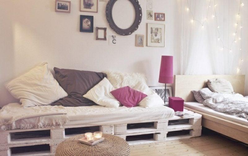 Palettensofa Wohnzimmer, gestaltet in Pastelfarben