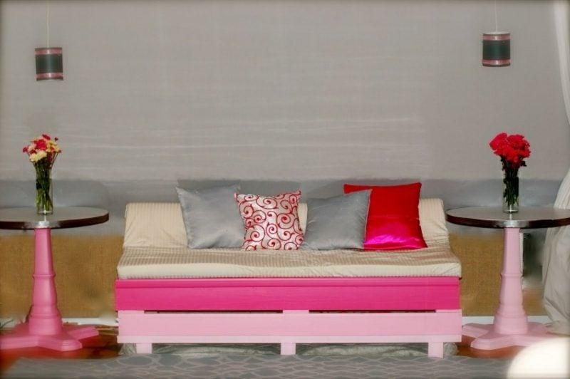 Palettensofa originell rosa gestrichen