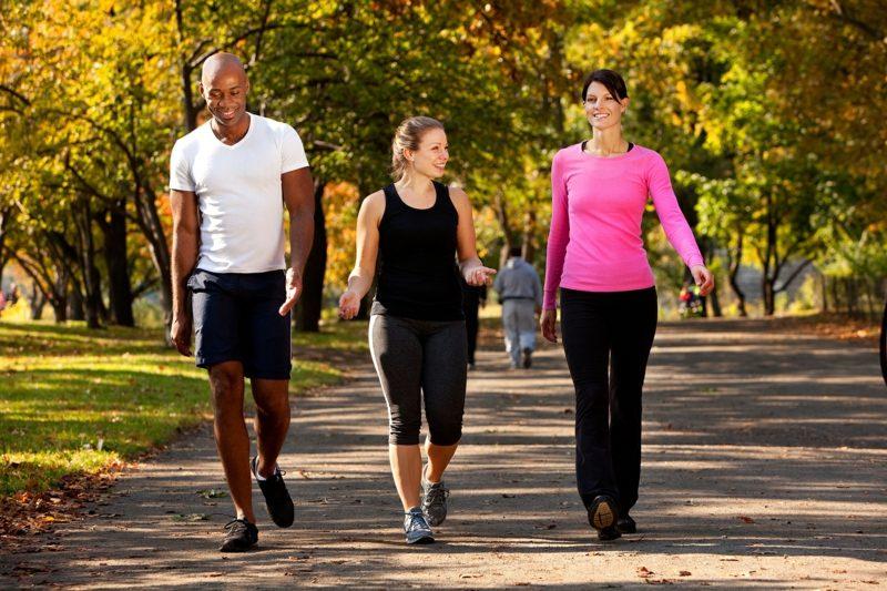 Kalorienverbrauch beim Walken Spaziergang mit Freunden