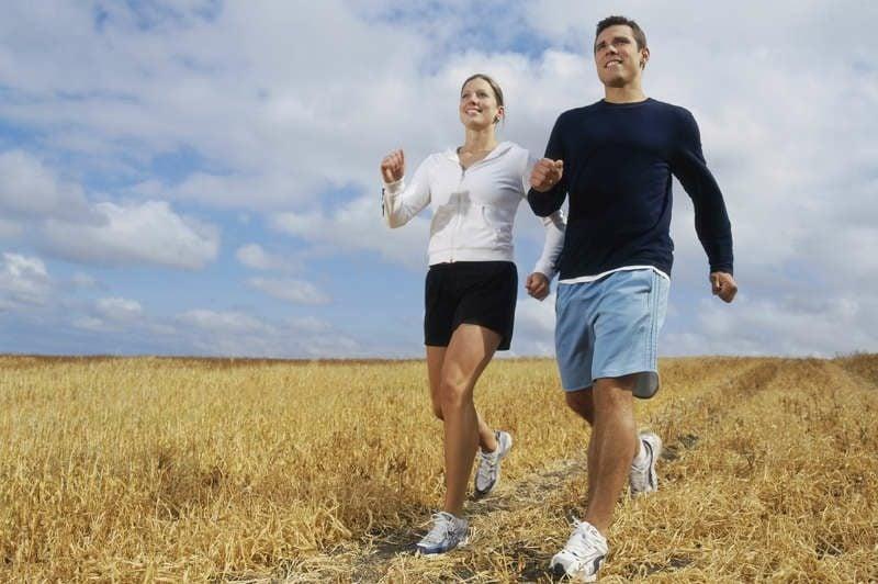 Kalorienverbrauch beim Walken in der Natur spazieren gehen