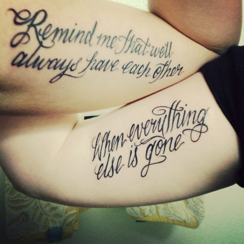 Tattoo Schriftzüge kalligraphisch Oberarm Freunde