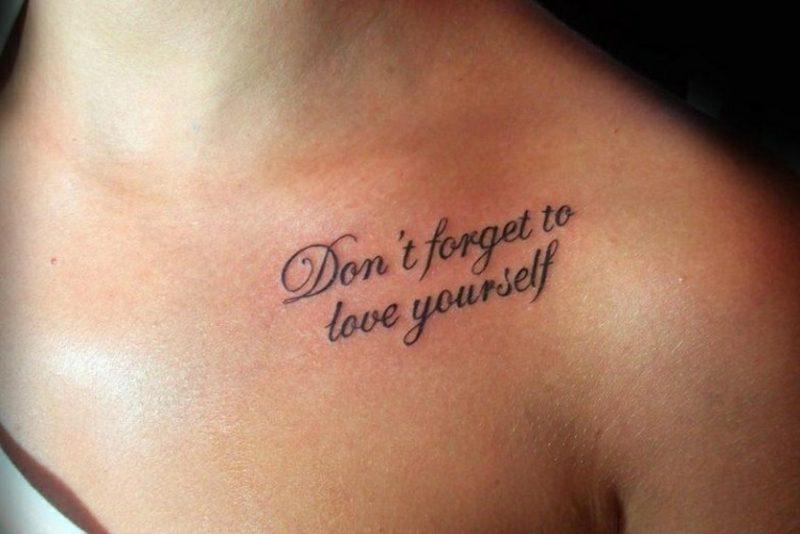 Tattoo Schriftzüge origineller Look Frau Brust