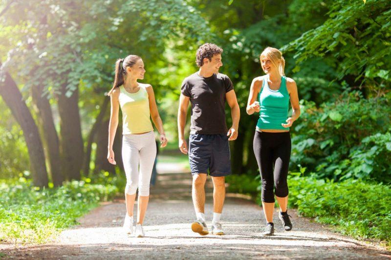 Kalorienverbrauch beim Walken Spaziergang mit Freunden Spass