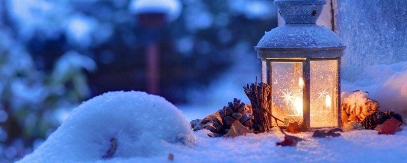 WeihnachtsatmosphPläzchenre brennende Laterne Schnee Tannenzapfen