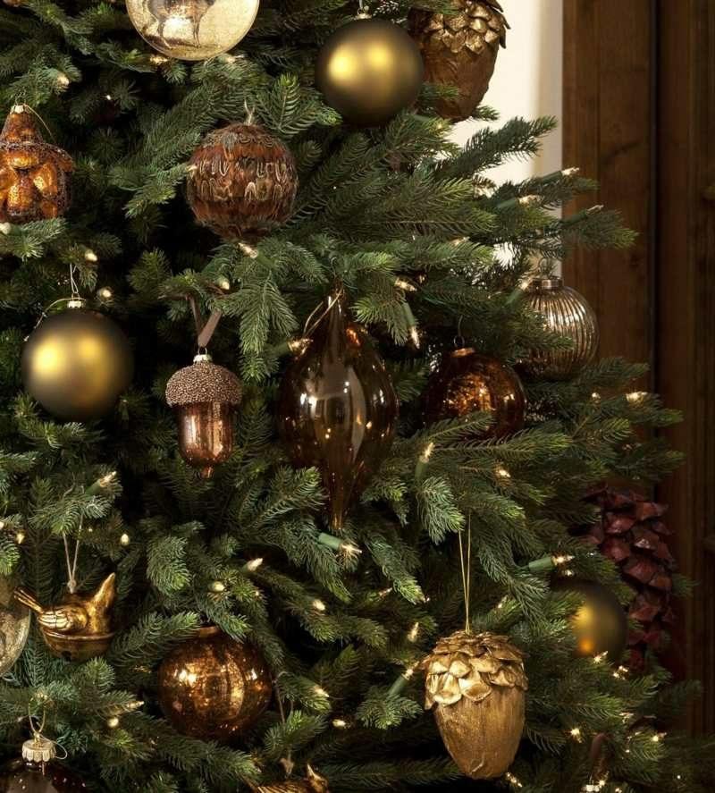 eleganter Baumschmuck im Golden und Braun Weihnachten