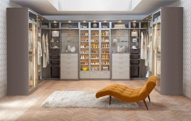 ankleidezimmer einrichten begehbarer kleiderschrank sessel teppich möbelstücke kleider regalsysteme