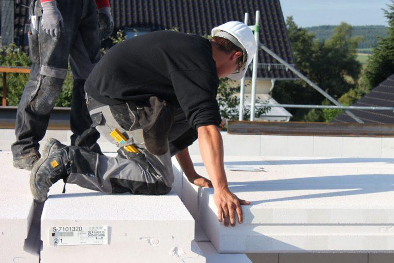 Bausatzhaus mit Hilfe von Bauherrn bauen