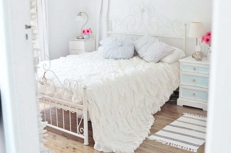 weiße landhausmöbel bett metall landhausstil möbel weiß schlafzimmer einrichten charme dekoideen