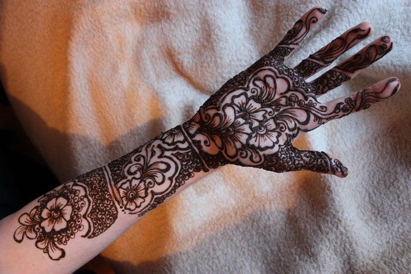 blumen tattoo ideen unterarm arm schwarz tattoos frauen tattoo motive frauen