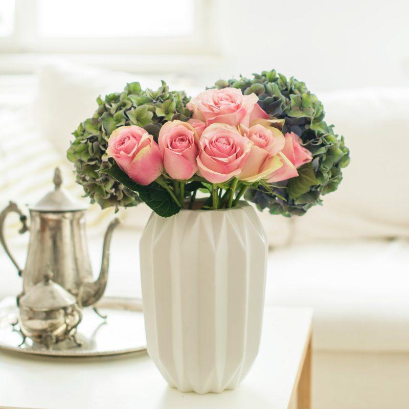 Schönheit und erste Gefühle mit rosa Rosen