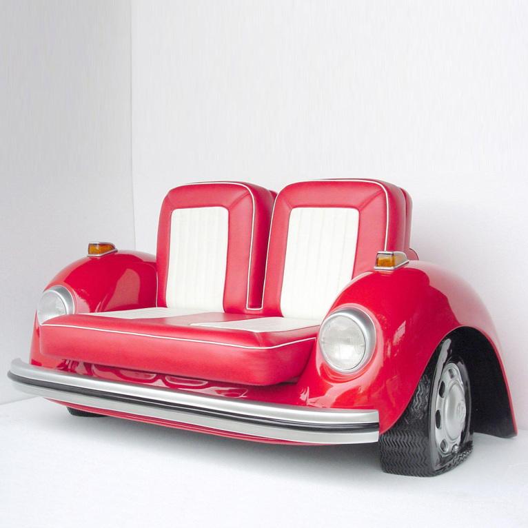 Rosafarbiges Sofa aus Autoteilen!