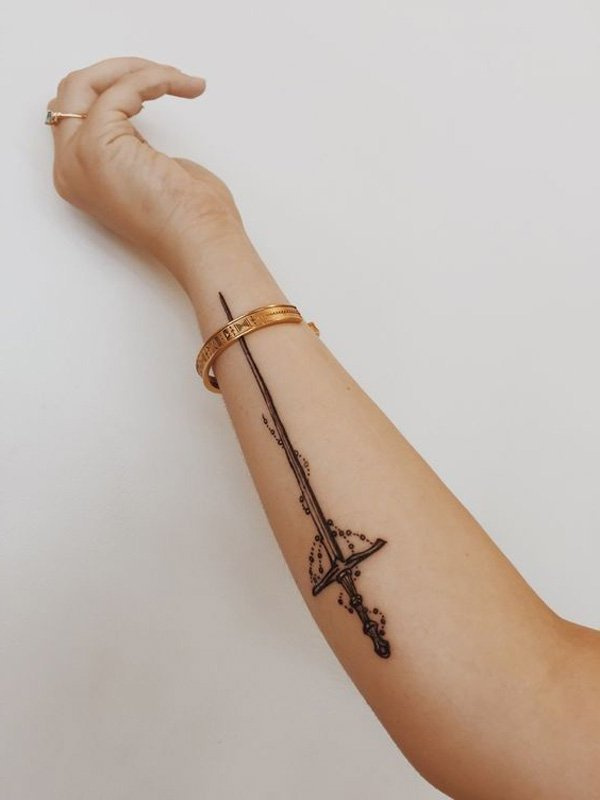 coole tattoo ideen frauen arm schwert tattoo motive tattoos frauen