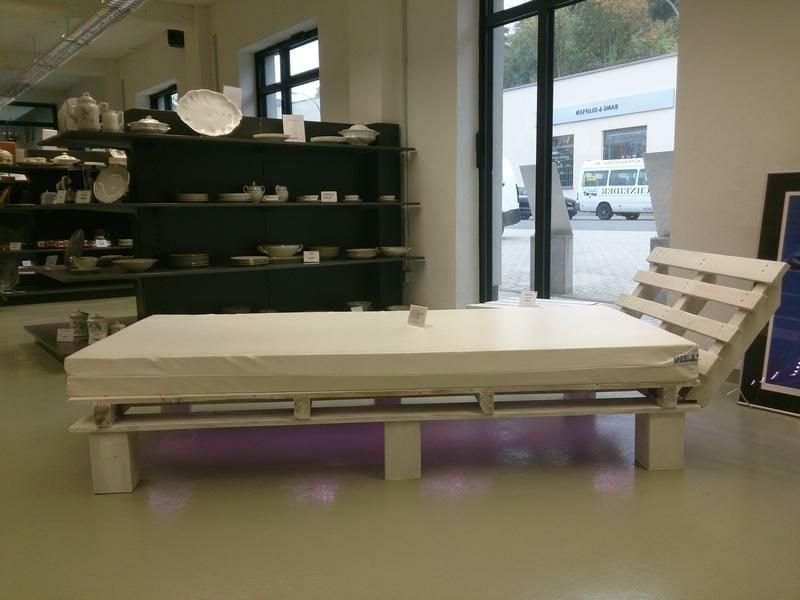 Europaletten Bett mit Kopfteil gross und praktisch