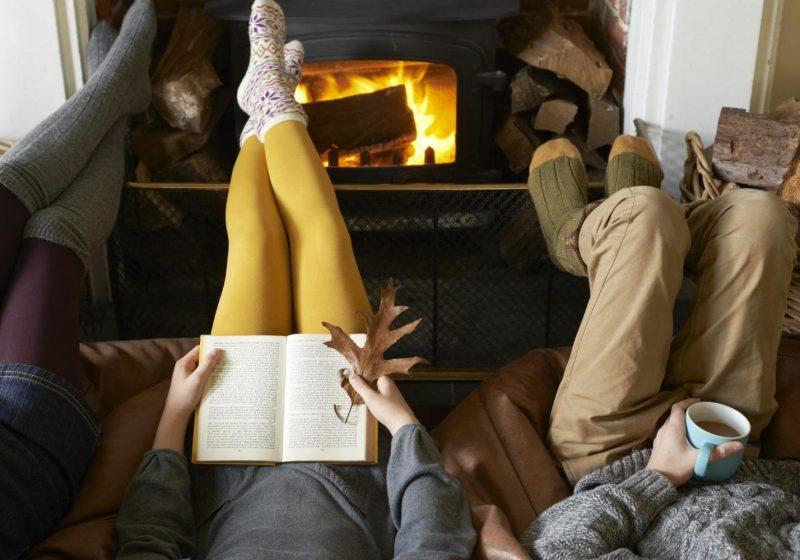 Hygge - In Wollsocken vor dem Kamin ein gutes Buch lesen