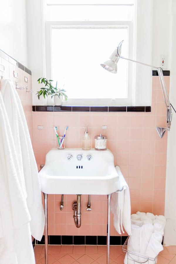 kleines badezimmer ideen weiß tuch fenster lampe schönes bad einrichten