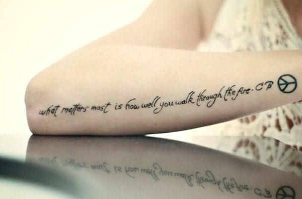 kurze tattoo schriften frauen männer hand tattoo spruch