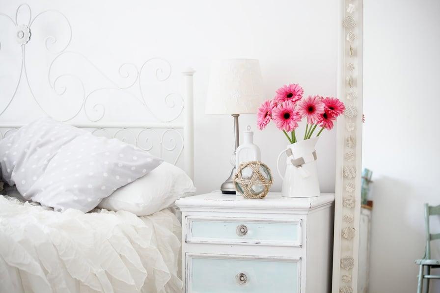 landhaus möbel weiß dkeoideen nachttisch holz kissen schlafzimmer einrichten modern
