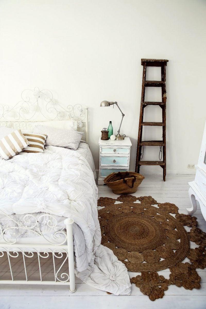 möbel landhausstil weiß bett metall nachttisch holz schlafzimmer einrichten