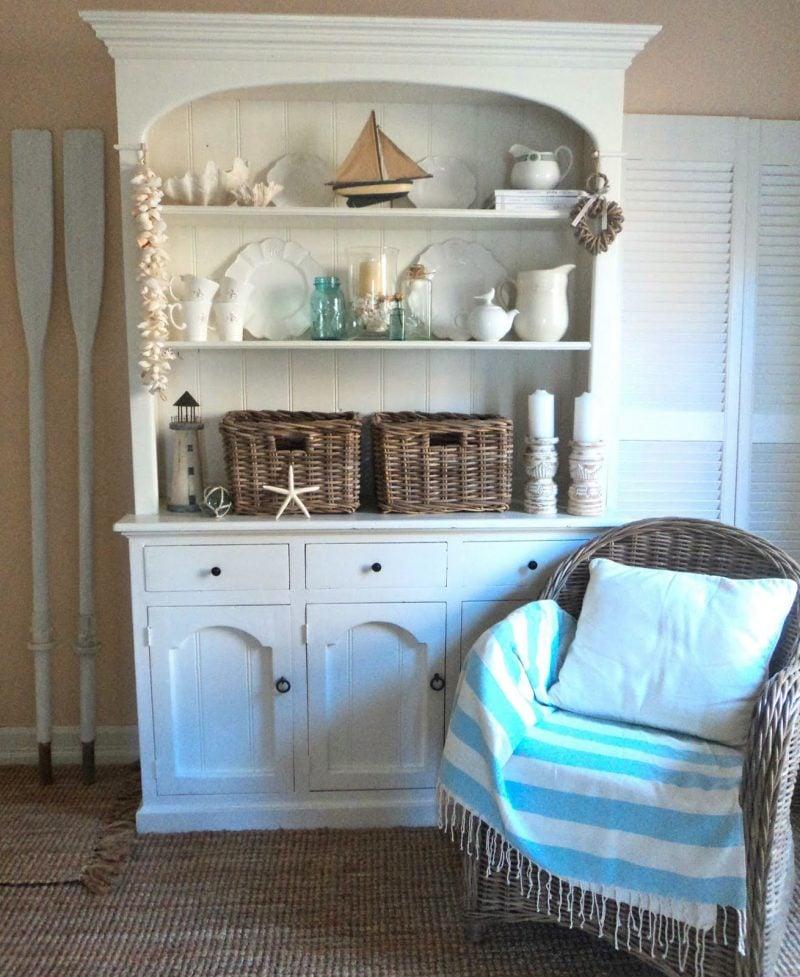 möbel landhausstil weiß einrichtung tisch dekoration sessel kissen regal küche holz rustikale landhaus möbel