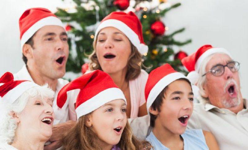 Weihnachtslieder im Kreise der Familie singen