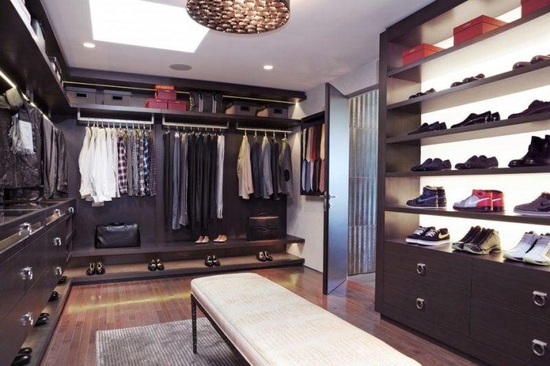 offene regalsysteme begehbarer kleiderschrank tageslicht lampen schuhe hemd kasten sofa möbelstücke