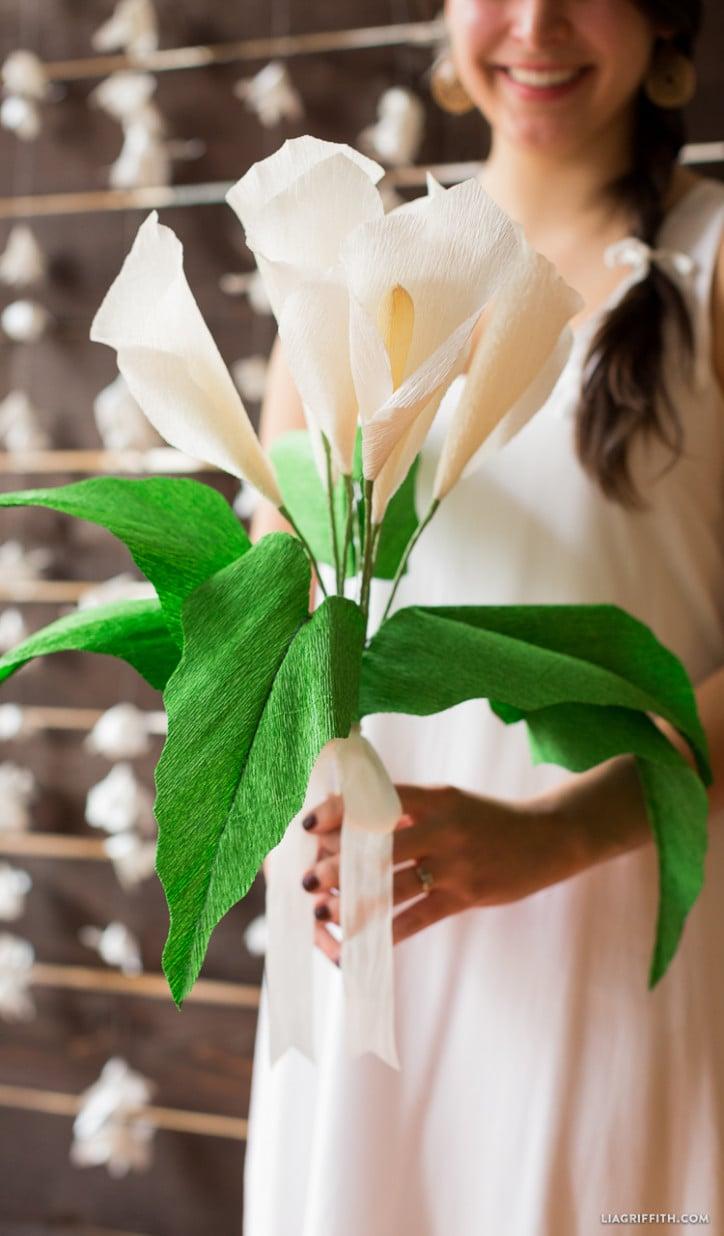 So einen wunderschönen Calla Blumenstrauss aus Krepppapier wird jede Frau gefallen!