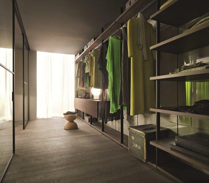 perfekter begehbarer kleiderschrank schlafzimmer grün hocker fenster kleiderständer