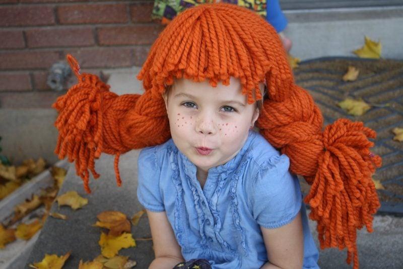 Pippi Langstrumpf Kostüm für Fasching selber machen - Kinderschürze nähen und Perücke aus Wolle basteln