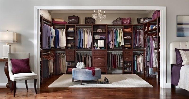 platzsparender begehbarer kleiderschrank selber bauen schlafzimmer sessel schal kissen purple