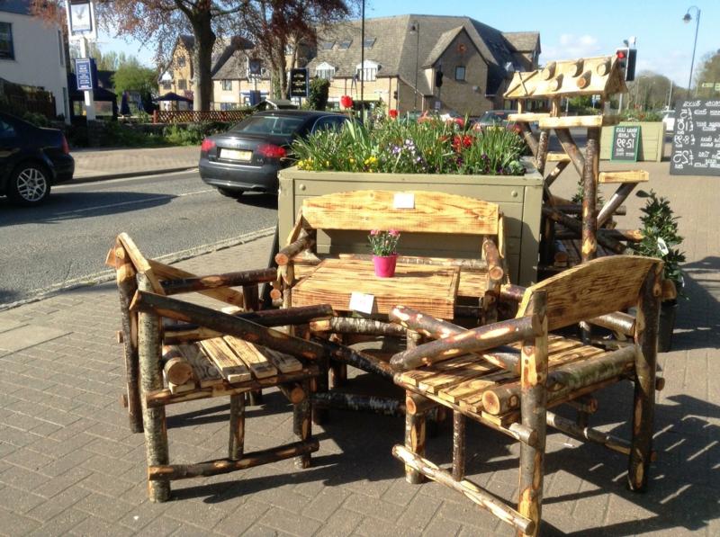 rustikale gartenmöbel design tisch stuhl holz outdoor möbel ideen