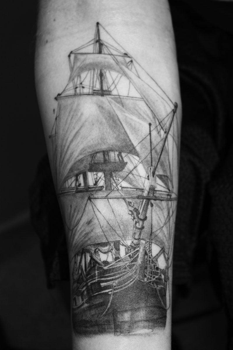 schiff tattoo ideen arm schwarz tattoos männer