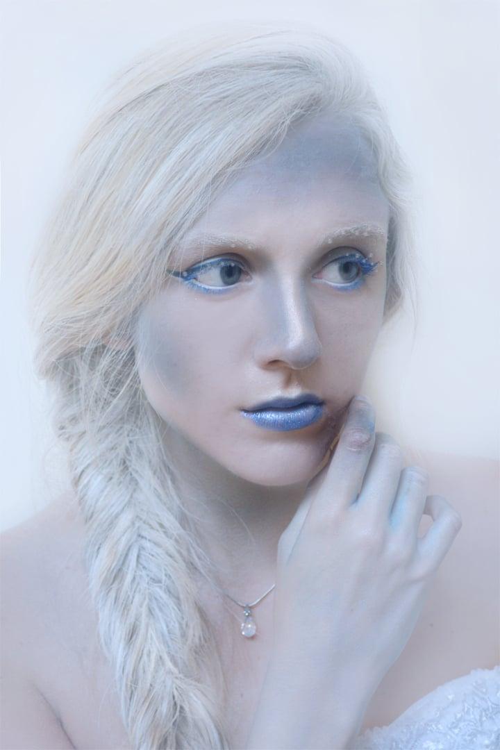 schneekönigin weiß blau lippenstift coole accessoires haar fasching verkleidung frauen