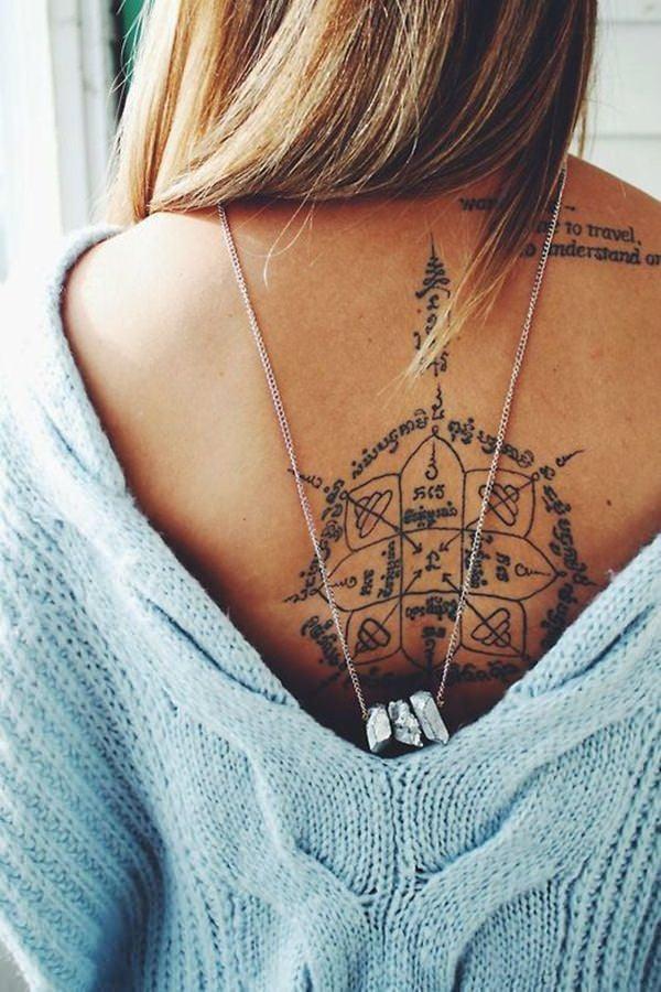 tattoo ideen frauen rücken tattoo schriften