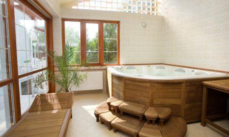 wellness-oase-in-den-eigenen-vier-waenden-tolle-atmosphaere-holz-wasser-whirlpool-relax-zone