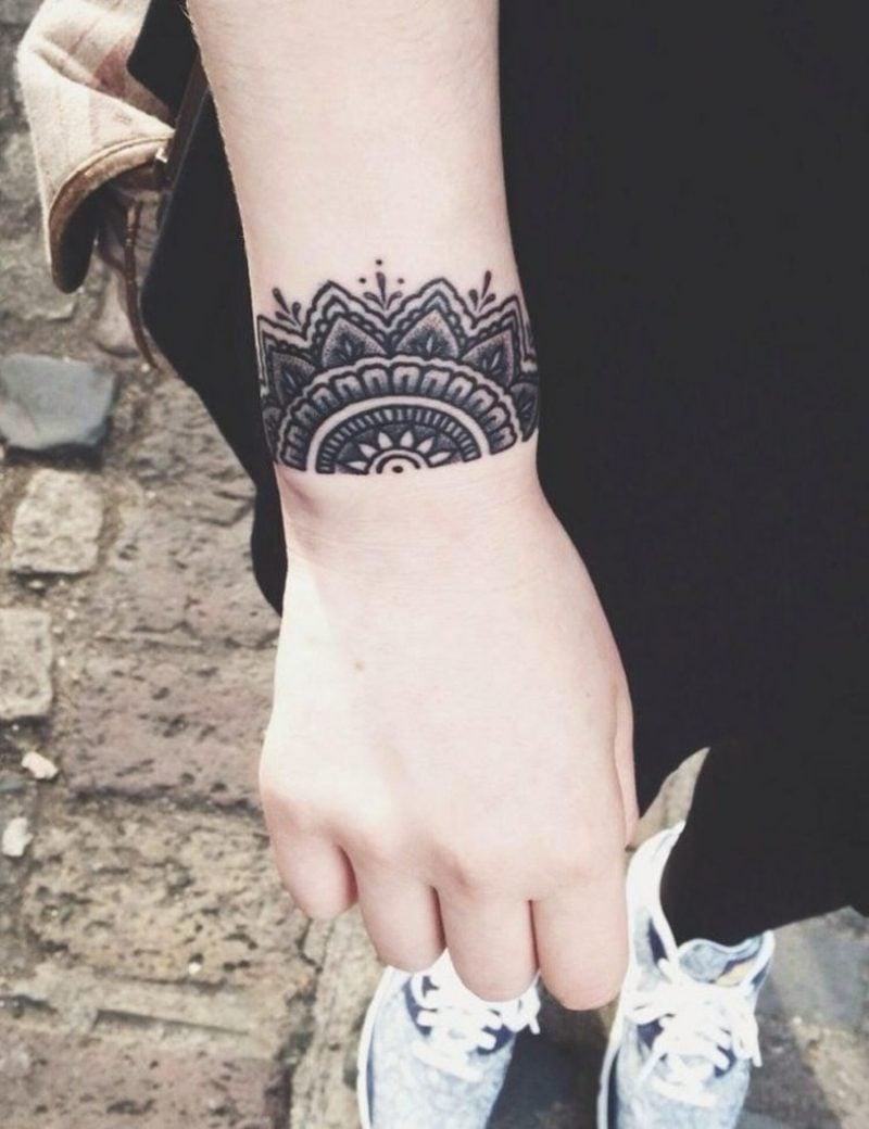 Tattoo auf Unterarm Frau elegantes Armband Tattoo