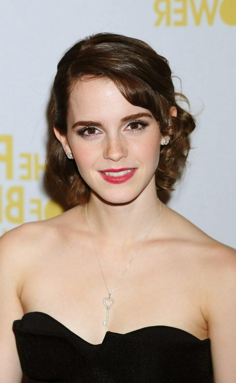 Haarfarbe Braun schokoladenbraune Haare Emma Watson Frisur mit Retro Look