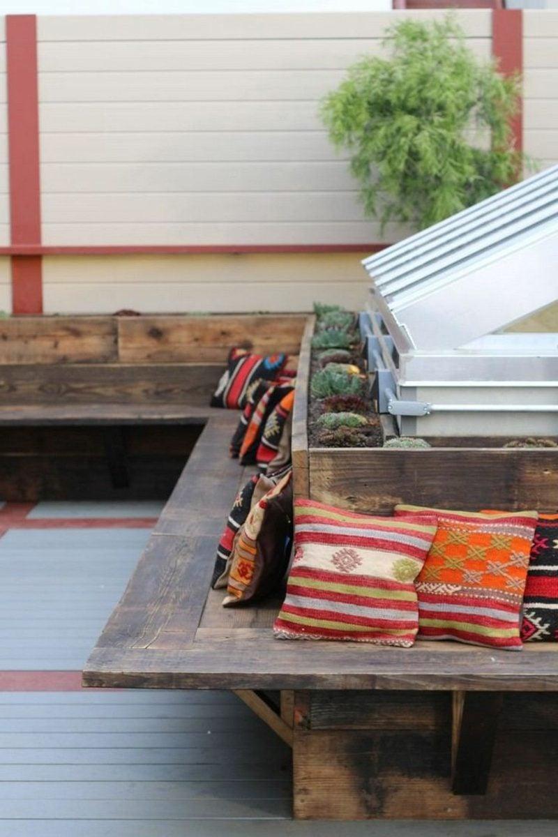 Gartenbank aus Holz einfaches Design bunte Kissen