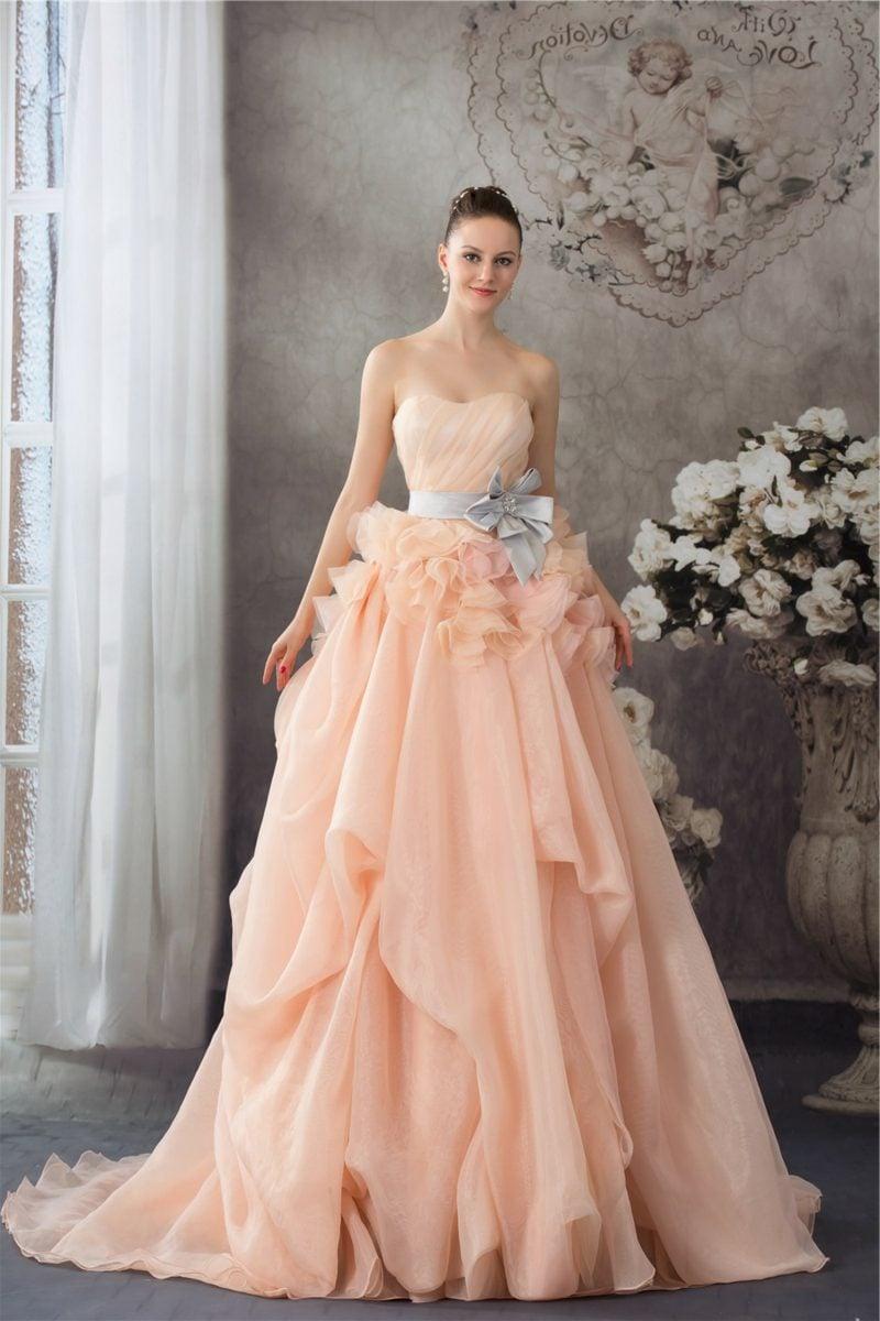 Brautkleid prachtvoll Apricot Farbe Pastellnuance