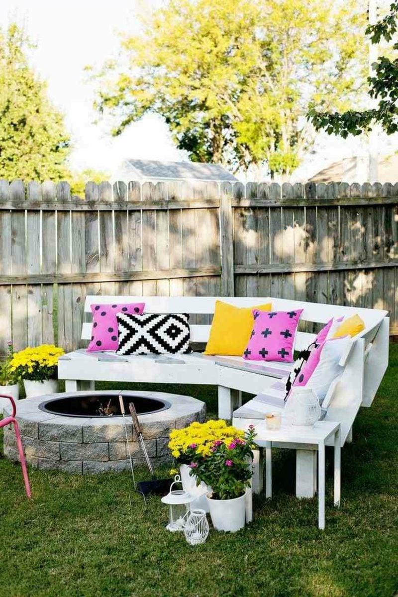 Gartenbank aus Holz halbrund weiss gestrichen bunte Kissen