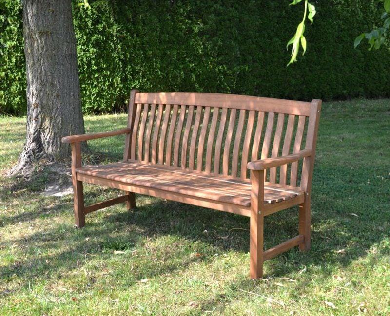 Gartenbank aus Holz als zeitlose Klassik
