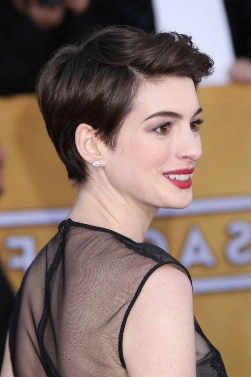 dunkelbraune Haare Anne Hathaway kurze Frisur mit Seitenscheitel