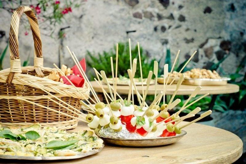 Snacks für Party Spiesse mit Oliven, Tomaten und Mozzarella