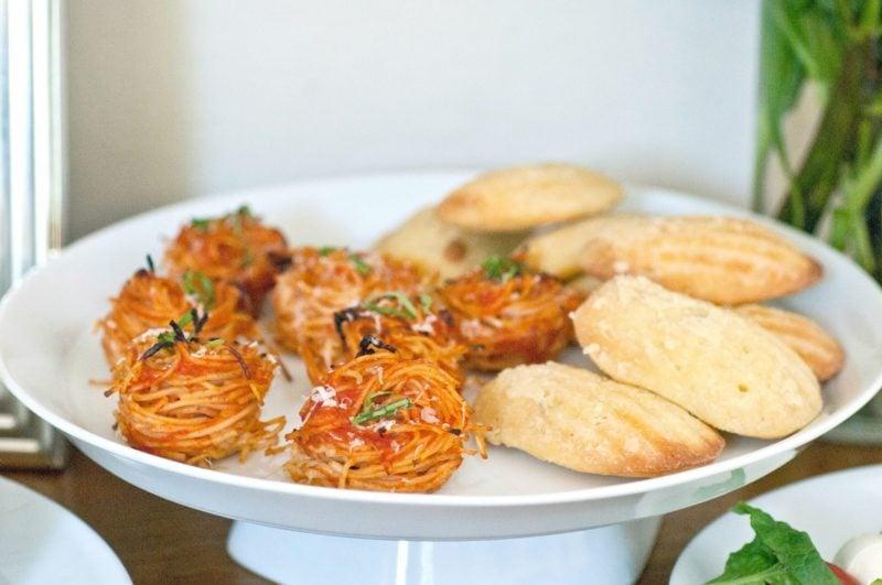 schnelle Partysnacks Häppchen mit Spaghetti und Parmesan