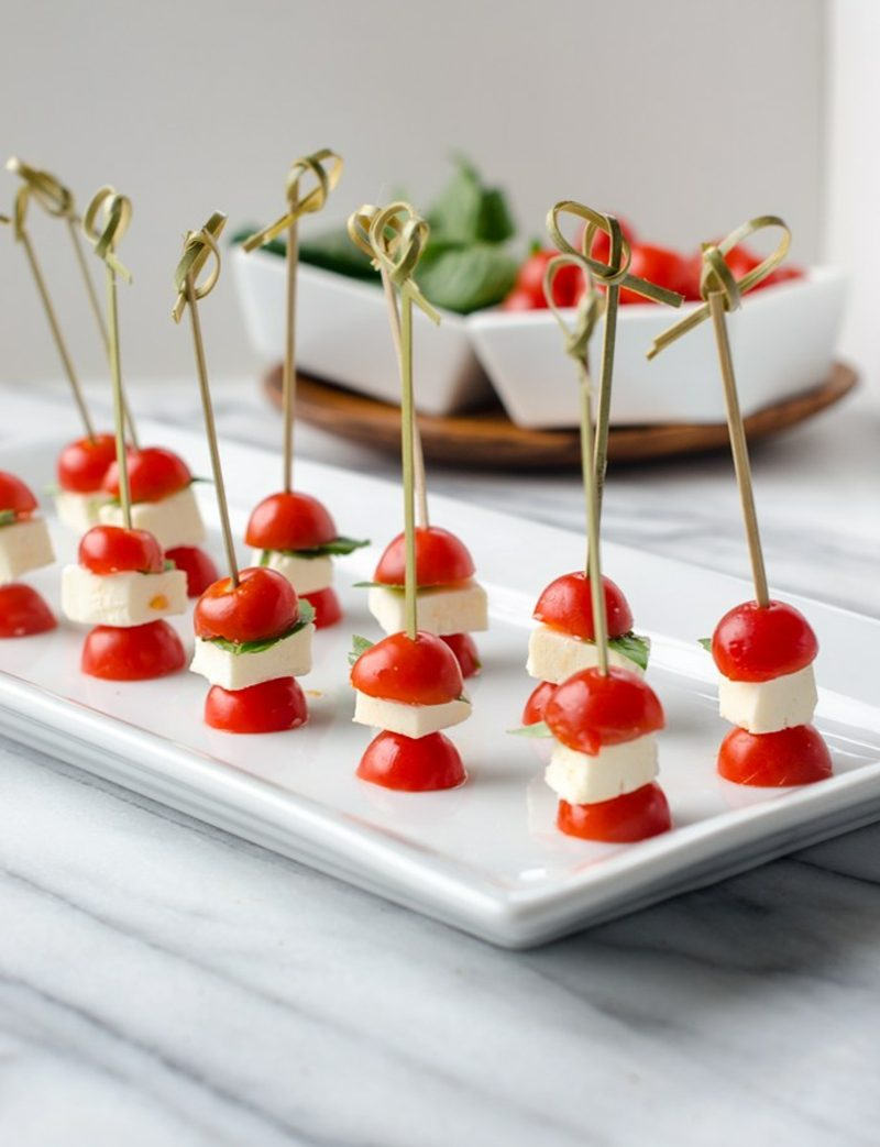 Party Snacks kalte Häppchen mit Tomaten, Basilikum und Mozzarella