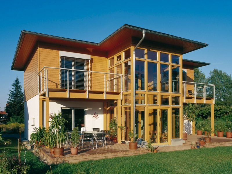 Häuser kaufen grosses Holzhaus Fassade moderne Optik